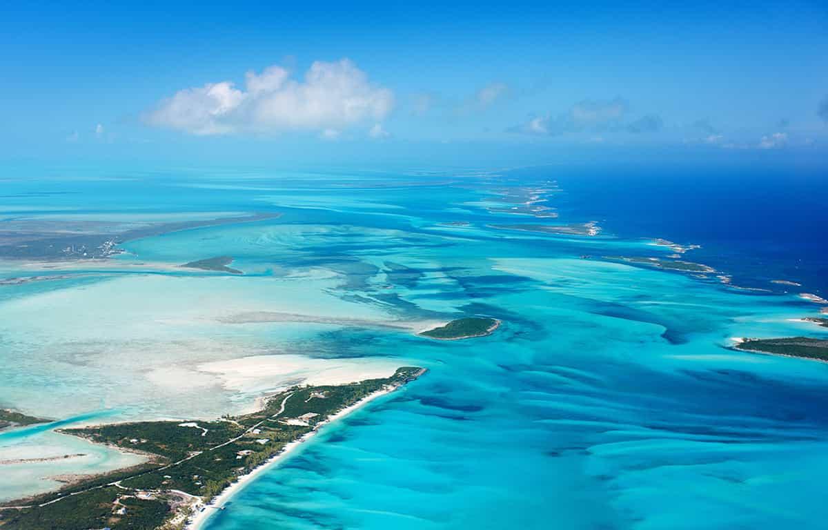 蓝绿色海水和白色沙滩